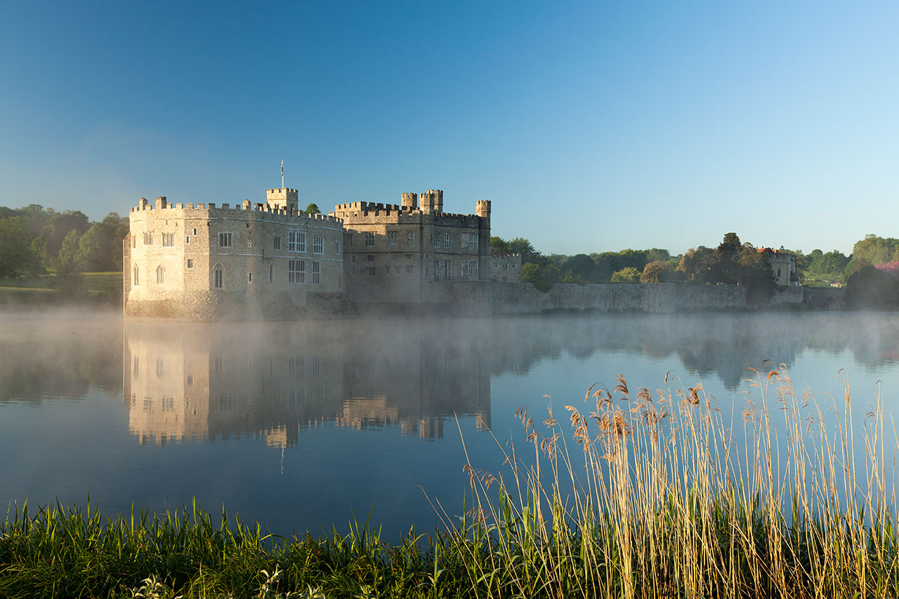 leeds castle dawn mist